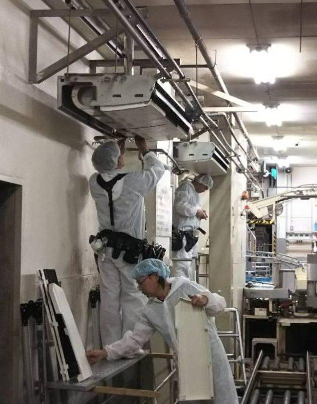 天吊り型エアコン分解クリーニング