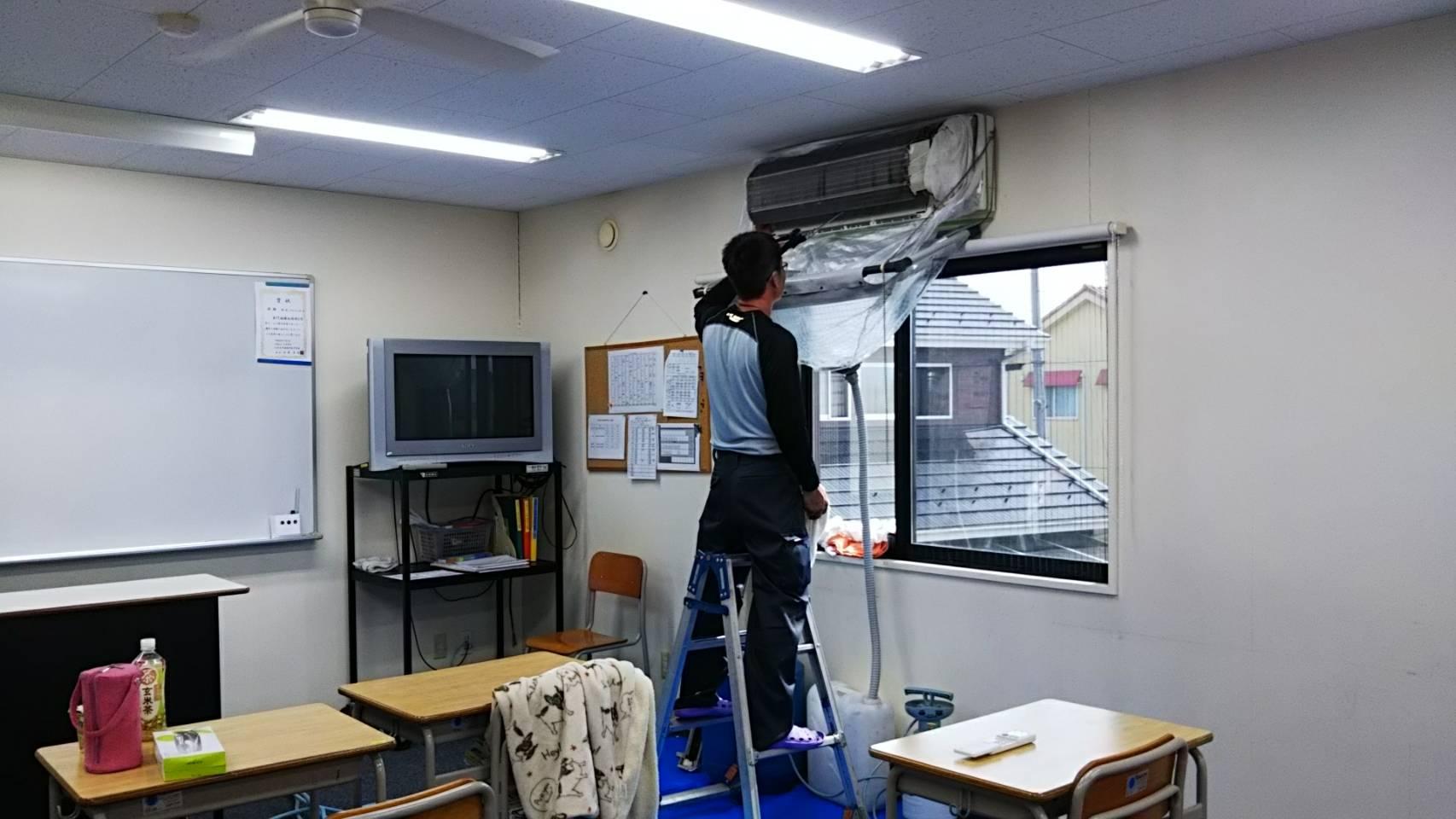 甲斐市の専門学校の壁掛けエアコンクリーニング