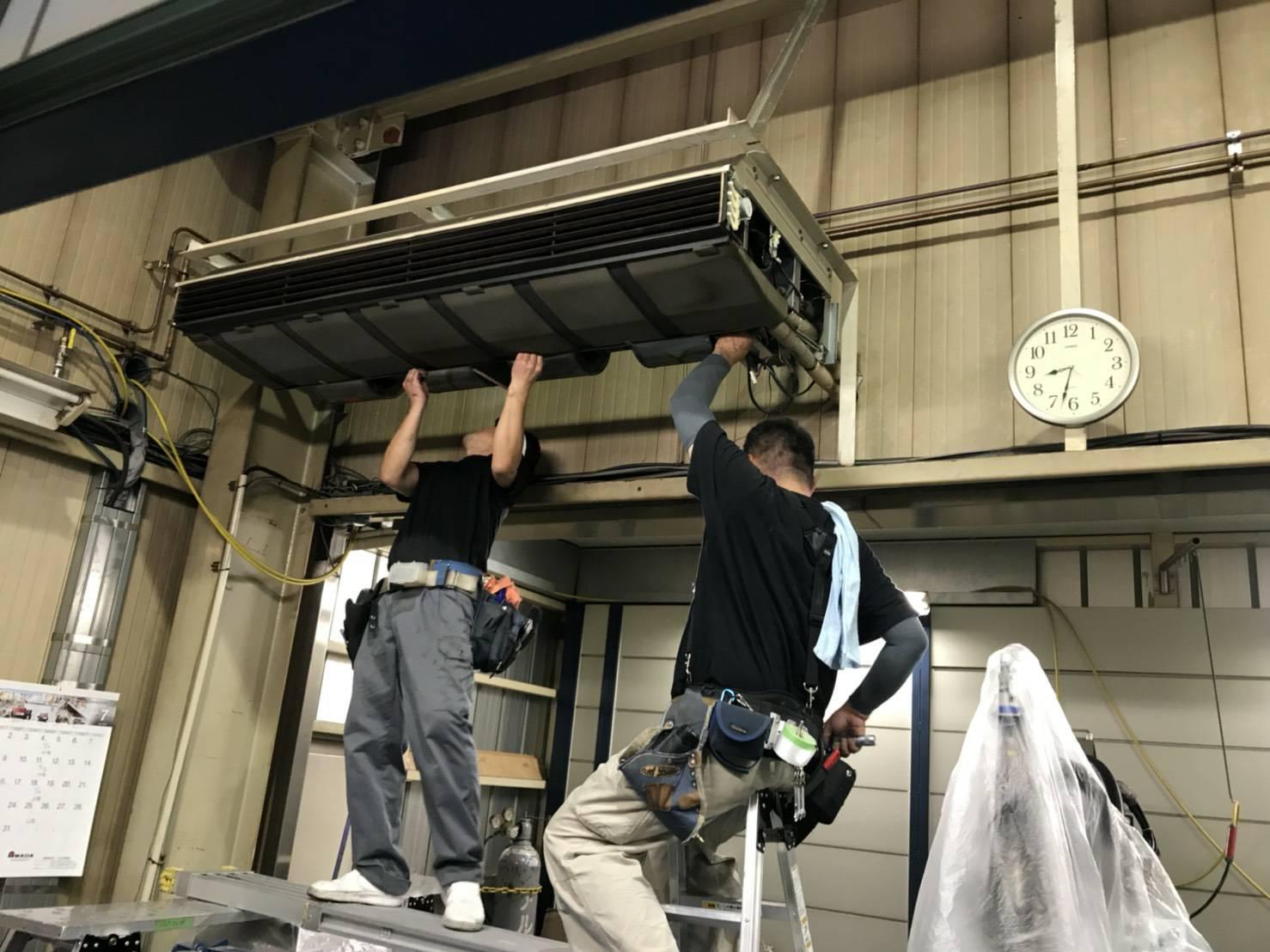山梨県甲州市の金属加工工場の天吊り型エアコンクリーニング