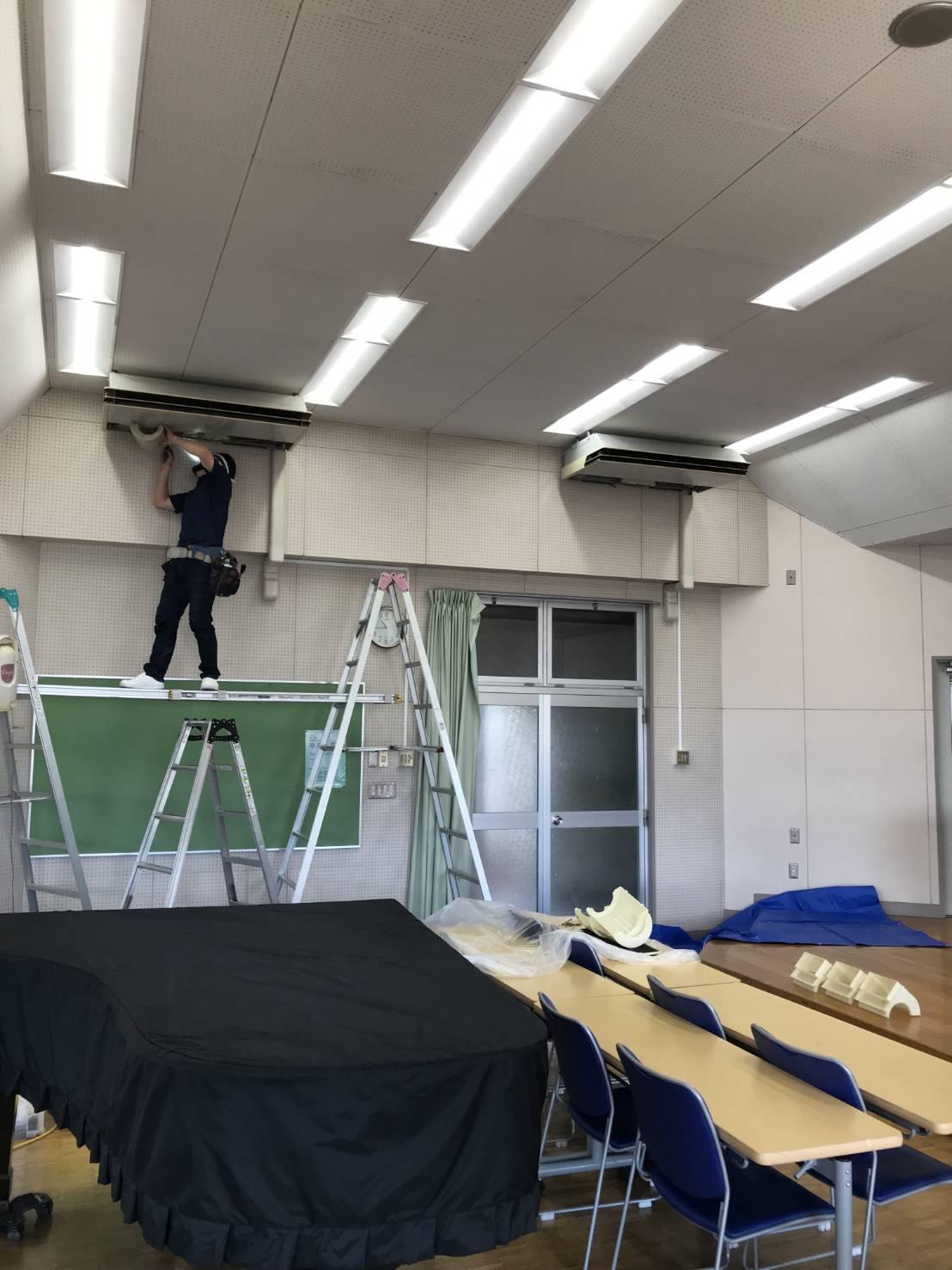 私立学校の音楽室 天吊りエアコン分解洗浄